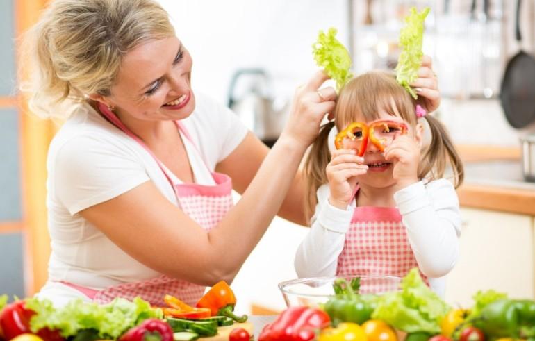 дети играют с едой
