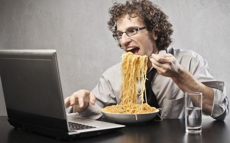 Почему вредно есть перед телевизором