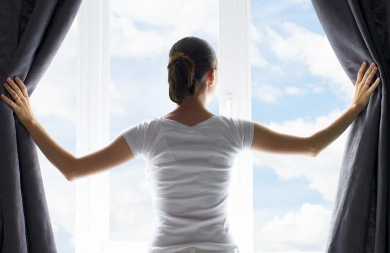открыть шторы утром