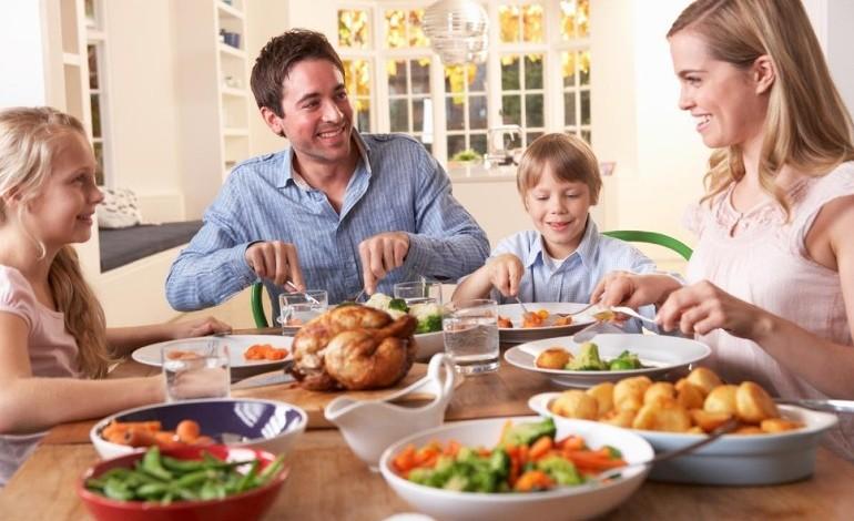 семья ест за столом