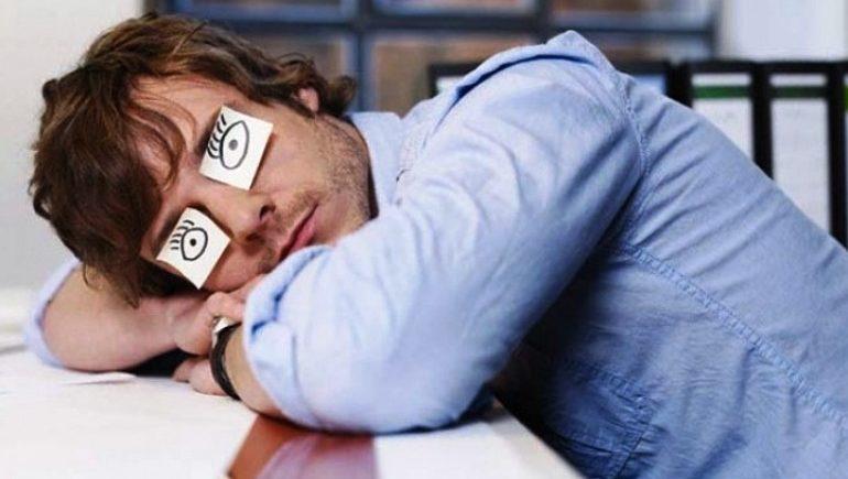 Сон на рабочем месте полезен для человека