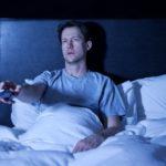 Почему нельзя засыпать под работающий телевизор