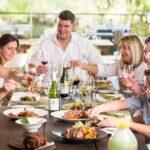 Принимать пищу в одиночестве или в коллективе